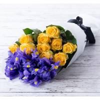 Сборный букет ирисы и розы в крафте R007
