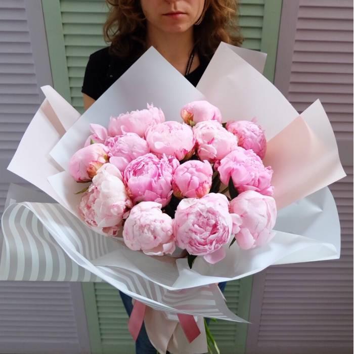 Букет 15 розовых пионов в упаковке R864