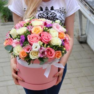 Яркая сборная коробка с розами микс R1231