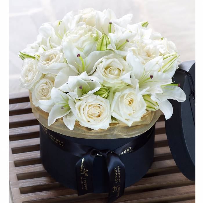 Белые розы и лилии в коробке R1143