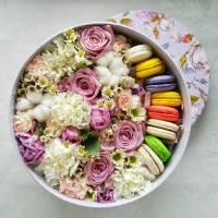 Круглая коробка с цветами и макаронсами R004