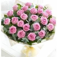 Букет из 21 розовой розы с зеленью в крафте R89