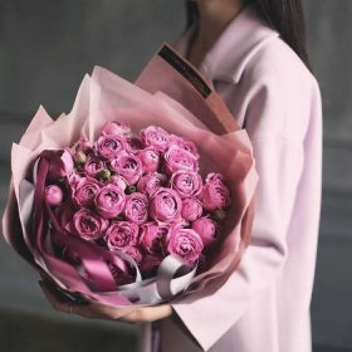 Букет 15 пионовидной кустовой розы в крафте R78
