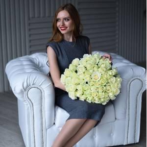 Букет 51 белая роза с зеленью и упаковкой R427