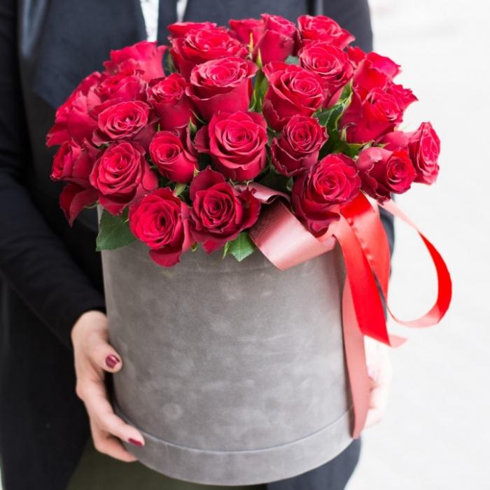 31 красная роза в коробке с лентами R018