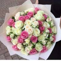Сборный букет с белыми и розовыми розами в крафте R500