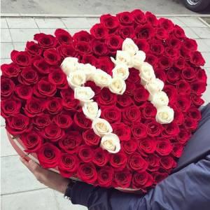 101 роза сердцем с буквой и в коробке R513