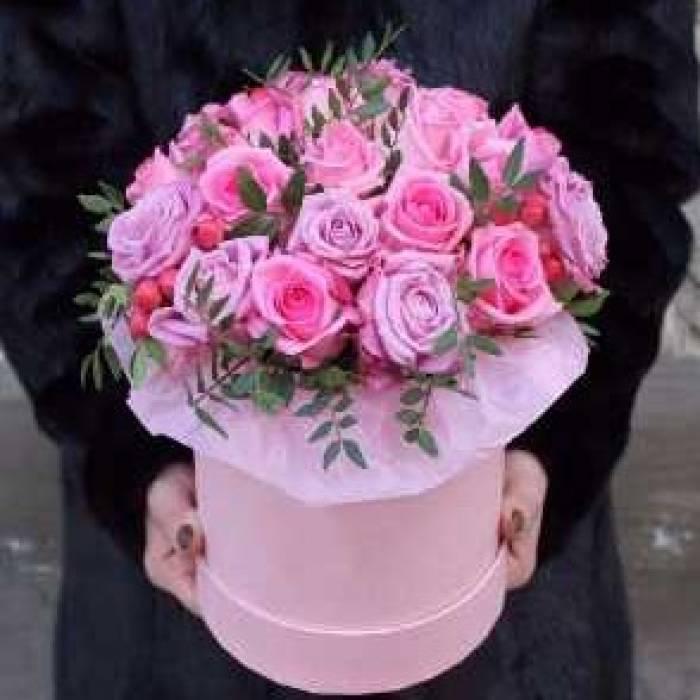 21 розовая роза в коробке с зеленью R030